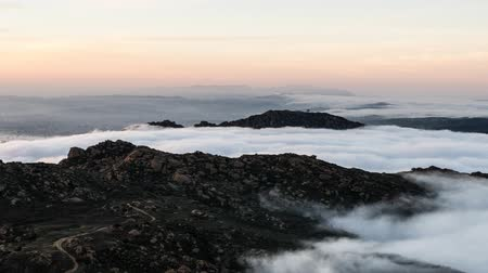montanhas rochosas : Los Angeles mountain pass sunrise fog time lapse in the Santa Susana Pass of the San Fernando Valley.