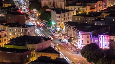 уличный свет : San Francisco, California, USA - April 24, 2016:   San Francisco night street traffic time lapse with zoom in on Columbus Ave at Broadway. Стоковые видеозаписи