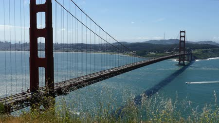 Калифорния : Golden Gate Bridge windy hilltop time lapse view with zoom in San Francisco, California.