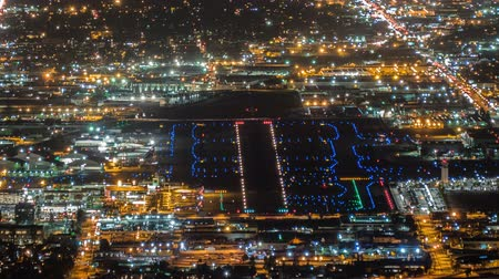 ranvej : Night airport traffic time lapse with zoom in Burbank, California. Dostupné videozáznamy