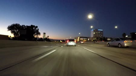 snelwegen : Los Angeles, California, USA - 16 augustus 2016: Night traffic car mount time lapse op de San Diego 405 Freeway het invoeren van de San Fernando Valley gebied van LA.