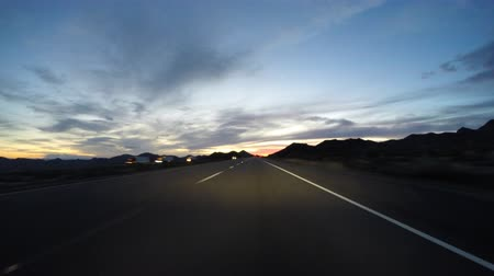 deserto : Desert dusk driving time lapse on Kelbaker Road through the Mojave National Preserve in Southern California.