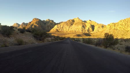wschód słońca : Dawn driving time lapse at Red Rock Canyon National Conservation Area.  A popular natural destination 20 miles from the Las Vegas strip.
