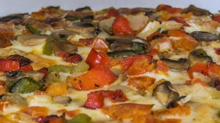 derretido : Cooking vegetable pizza macro time lapse.
