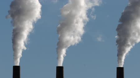 výfuk : Three billowing smokestacks with clouds of steam and zoom out. Dostupné videozáznamy