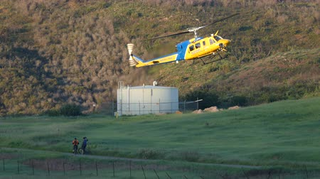 letectví : Thousand Oaks, California, USA - March 26, 2016:  Ventura County Fire Department helicopter landing with rescued hiker in Point Mugu State Park. Dostupné videozáznamy