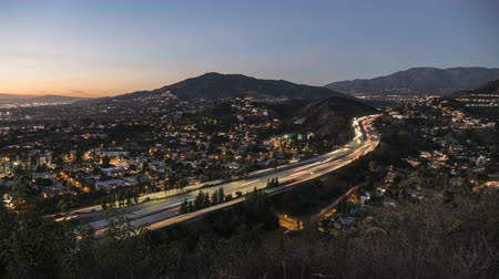 пригород : Day to night time lapse view of traffic on the Glendale 2 Freeway near Los Angeles, California. Стоковые видеозаписи