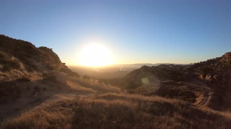 Los Angeles San Fernando Valley aerial sunrise view from hilltop in the Santa Susana Pass. Stok Video