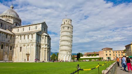 башни : PISA, ITALY -  3 JUNE 2014: Tourists on Square of Miracles visiting Leaning Tower. Time Lapse on June 03 in Pisa, Italy Стоковые видеозаписи