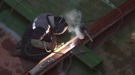 tocha : Man wearing mask welding in a workshop with sparks