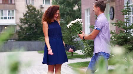 düşünceli : Boyfriend joked about the girl and gave a bouquet of white flowers