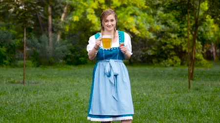 Октоберфест : Beautiful woman in bavarian costume. Oktoberfest theme