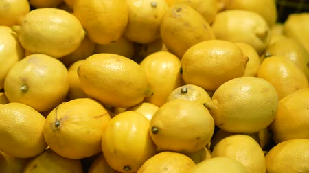 cítrico : Vitamin set of fresh lemons in the store. Close up