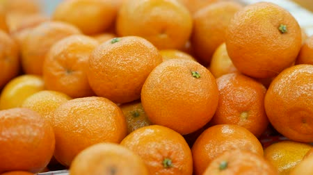 tangerina : Harvest of mandarins on the store counter. Close up Vídeos