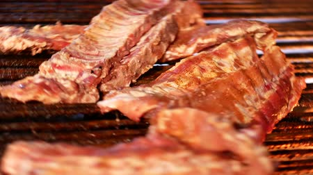 costela : Preparation of pork ribs. Fried pork ribs spinning on the grid. Barbecue
