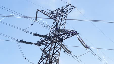 deşarj : Electricity pylon with blue sky on background. Crackling discharge of electricity