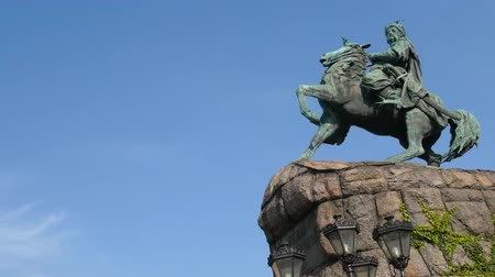 heykel : Hetman Bohdan Khmelnytsky Monument against the blue sky. Orbit panoramic shot Stok Video
