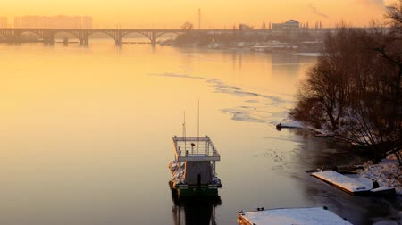 восхитительный : Delightful morning landscape. Lonely motorboat on a frozen river at dawn. Bridge on the background. Medium plan Стоковые видеозаписи
