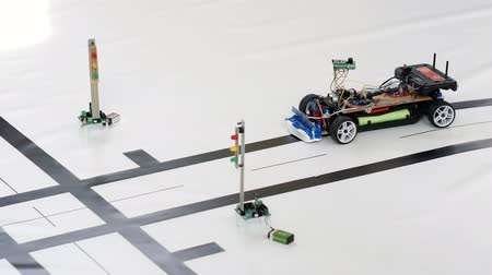 obstacles : Robotic car model at a crossroads. Classes in robotics for younger students Stock Footage