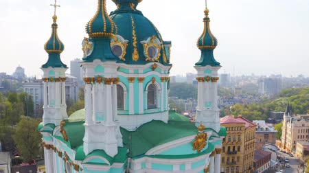 Fly over St. Andrews Church in Kiev. The famous Andrews Descent in the capital of Ukraine. Tourist route in Kiev Vídeos