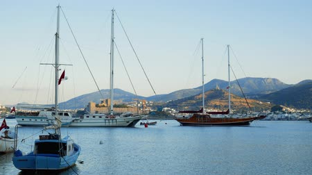 Timelapse of the bay with yachts swaying on the waves. Port in the tourist town of Bodrum, Turkey. Travel concept Vídeos