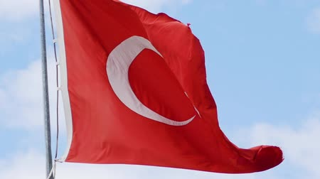 mastro de bandeira : Slow motion of turkish flag waving on blue sky. Close up
