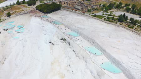 kalcium : Drone flies over the travertine terraces in Pamukkale or Cotton Castle. Thermal springs in Turkey 4k
