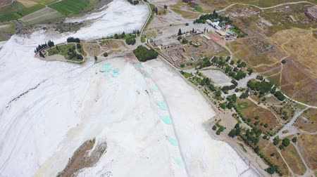 geológiai : Birds eye view of Pamukkale in Turkey aka Cotton Castle. Mineral bath spas that abound the province of Denizli 4k