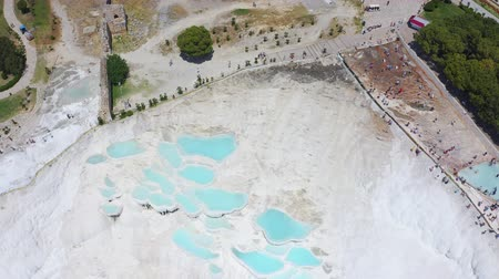 kalcium : Birds eye view of thermal springs located on white limestone terraces. Fly over the travertines in Pamukkale, Turkey 4k Stock mozgókép