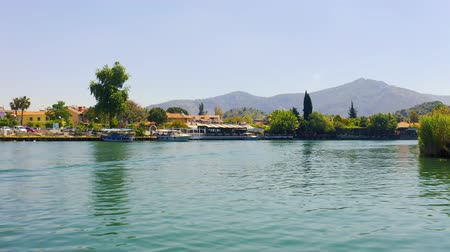 Inspection of the banks of the river Dalyan with moored boats and mountain landscapes 4k Vídeos
