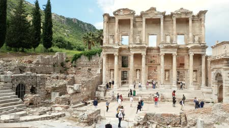 efeso : Group of tourists on the ruins of the ancient city of Ephesus (Efes), near the Celsus library. Panoramic shot 4k