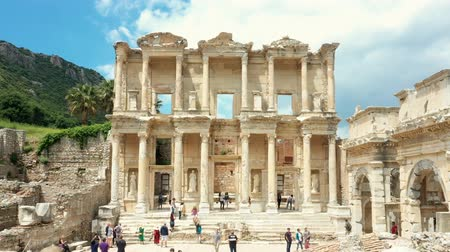 kutsal : Time lapse of Celsus library in Ephesus ancient city ruins on cloudy sky. Famous place for tourists in Izmir for historical place 4k Stok Video