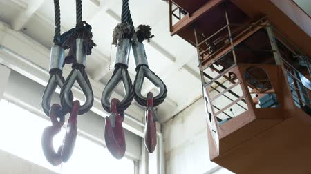 kladkostroj : Hooks hanging on factory beam crane at the plant. Work in a warehouse of metal, transportation of products. Close up 4k Dostupné videozáznamy