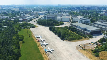 aeroespaço : Soviet-era Antonov aircraft factory in Kiev. Museum exhibits of Antonov aircraft near the hangar 4k