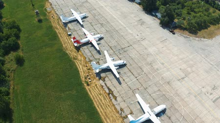 aeroespaço : Airplanes are in the parking lot in the open. Museum exhibits aircraft. Aerial footage 4k