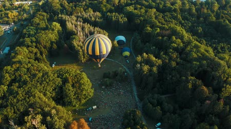 montgolfière : Aerial view of hot air balloon takes off in the park during the festival. Beautiful sky and sunset 4k Vidéos Libres De Droits