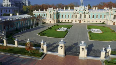 supremo : Mariyinsky Palace aerial panoramic view. Official ceremonial residence of the President of Ukraine in Kyiv. Mariinsky park 4k Vídeos