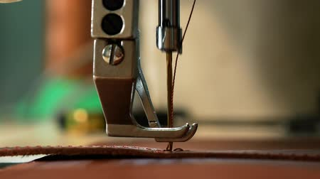 шов : Leather belt sewing with a sewing machine. View from the side. Close up 4k Стоковые видеозаписи