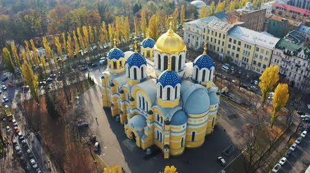 ortodoxie : St Volodymyrs Cathedral in the centre of Kiev. One of two major Ukrainian Orthodox Churches. Aerial footage 4k Dostupné videozáznamy