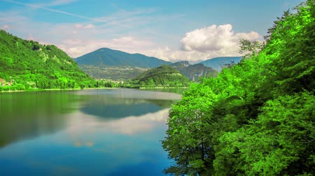 iluminado pelo sol : Timelapse to the lake in the green hills by day