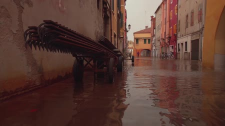 stabilizátor : Road in the city of Chioggia (Veneto) flooded in the evening Stock mozgókép