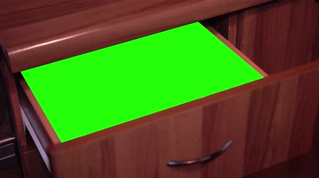 abriu : Green screen inside the drawer that is opened