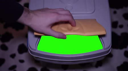 aberto : Green screen inside a trash can