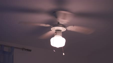 żyrandol : The ceiling fan rotates and shakes with the lamp on Wideo
