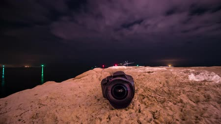 mirrorless : Camera on the ground with the timelapse in the sky