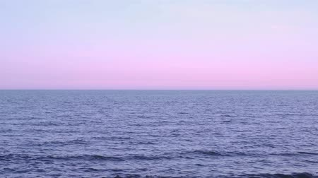 bulutsuz : Skyline on the ocean at sunset Stok Video