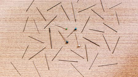 varrónő : Sewing needles appear on the table