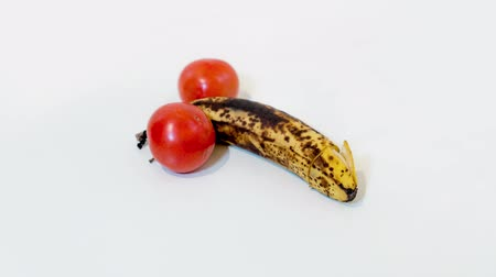 banan : Two tomatoes with banana in the middle