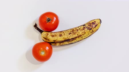 stop motion : Banana in the middle of two tomatoes