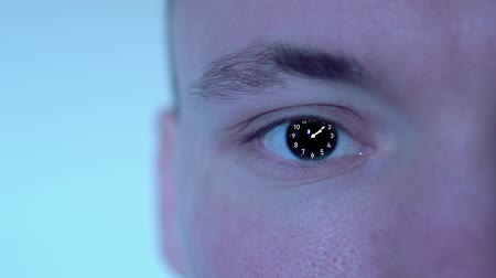 секунды : Clock in the eye of the person Стоковые видеозаписи